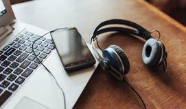Lieu de travail de bureau avec un ordinateur portable et un smartphone Photos libres de droits