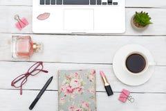 Lieu de travail de bureau de vue supérieure avec l'ordinateur portable, les cosmétiques et la tasse de coff Photos stock