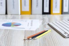 Lieu de travail de bureau sur la table en bois image stock