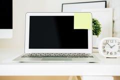 Lieu de travail de concepteur avec l'ordinateur portable Photo libre de droits