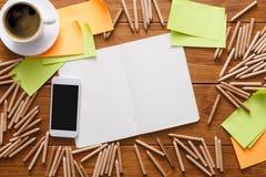 Lieu de travail de concepteur avec les crayons et le carnet à dessins Photos stock