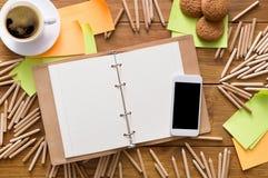 Lieu de travail de concepteur avec les crayons et le carnet à dessins Image libre de droits