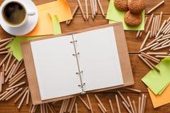 Lieu de travail de concepteur avec les crayons et le carnet à dessins Images stock