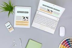 Lieu de travail de concepteur de Web sur la vue supérieure grise de Tableau Photo stock