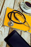 Lieu de travail de docteur avec le comprimé et le stéthoscope vides Images stock