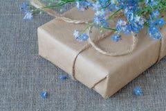Lieu de travail de fleuriste : comment faire la boîte avec des fleurs Photographie stock libre de droits