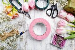 Lieu de travail de fleuriste : femme prenant des arrangements floraux Photos libres de droits