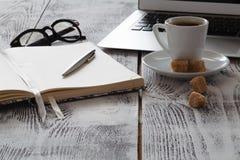 Lieu de travail de Freeelancer avec le laprop et le café Image libre de droits