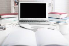 Lieu de travail de hippie avec l'ordinateur portable Images stock