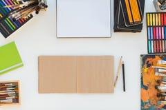 Lieu de travail de peintre dans la vue de côté d'ordre Bureau de concepteur avec l'équipement de dessin Studio à la maison pour l Photographie stock libre de droits