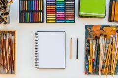 Lieu de travail de peintre dans la vue de côté d'ordre Bureau de concepteur avec l'équipement de dessin Studio à la maison pour l Image stock