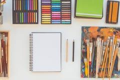 Lieu de travail de peintre dans la vue de côté d'ordre Bureau de concepteur avec l'équipement de dessin Studio à la maison pour l Images stock