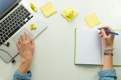 Lieu de travail de siège social de Minimalistic avec l'ordinateur portable et le bloc-notes Photo libre de droits