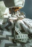 Lieu de travail de Taylor : machine à coudre, tissu et mètre de couture Photographie stock libre de droits