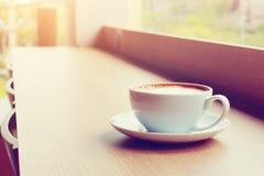 Lieu de travail de temps ou de démarrage d'affaires avec du café dans MOR de relaxation Images libres de droits