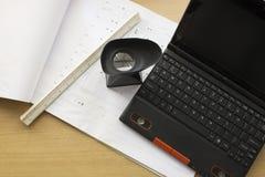 Lieu de travail de vue supérieure avec l'ordinateur portable ouvert sur le bureau en bois moderne Photos stock