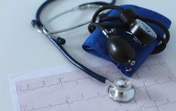 Lieu de travail de Docter avec un diagramme de cardiogramme de stéthoscope avec le plan rapproché médical de table, parce que dis Image stock