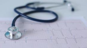 Lieu de travail de Docter avec un diagramme de cardiogramme de stéthoscope avec le plan rapproché médical de table, parce que dis Images stock