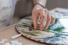 Lieu de travail du maître de mosaïque : le ` s de femmes remet l'outil de fixation pour des détails de mosaïque en cours de faire Photos libres de droits