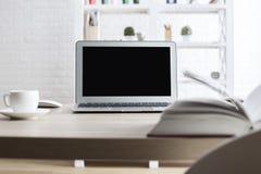 Lieu de travail du ` s d'étudiant avec l'ordinateur portable Photographie stock libre de droits
