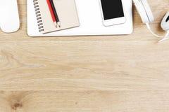 Lieu de travail en bois léger avec des articles Photo stock