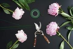 Lieu de travail et accessoires de fleuriste photo stock