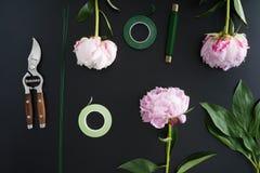 Lieu de travail et accessoires de fleuriste images libres de droits