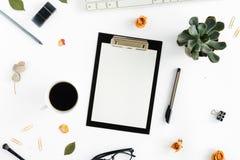 Lieu de travail féminin avec le presse-papiers, roses, clavier, bloc-notes, gla Photographie stock