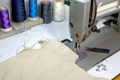 lieu de travail de fabricant de chaussure avec le cuir de couture photo stock