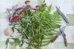 Lieu de travail de fleuriste Fleurs et outils pour cr?er un bouquet sur une table Passe-temps, concept d'art photo libre de droits