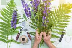 Lieu de travail de fleuriste Fleurs et outils pour cr?er un bouquet sur une table Passe-temps, lieu de travail de conceptFlorist  photos stock