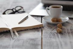 Lieu de travail indépendant avec l'ordinateur portable et le café sur la table Photos libres de droits