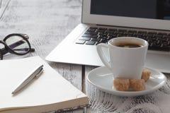Lieu de travail indépendant avec le laprop et le café Photographie stock