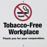 Lieu de travail libre de tabac/signe non-fumeurs Images libres de droits