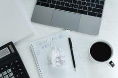Lieu de travail de local commercial avec l'ordinateur portable, calculatrice, tasse de café Un plan de travail pendant une semain Image libre de droits