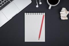Lieu de travail minimal avec l'ordinateur portable et le bloc-notes vide image stock