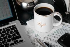 Lieu de travail mobile en café Photo stock