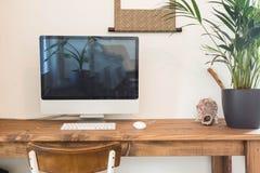 Lieu de travail moderne à la maison avec l'ordinateur Images stock