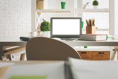 Lieu de travail moderne avec l'écran blanc d'ordinateur portable Photographie stock