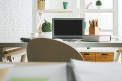 Lieu de travail moderne avec l'écran d'ordinateur portable Image libre de droits