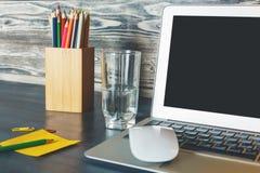 Lieu de travail moderne avec l'affichage vide d'ordinateur portable Photo libre de droits