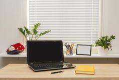 Lieu de travail moderne avec l'ordinateur portable Photo stock
