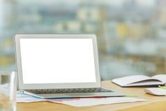 Lieu de travail moderne avec l'ordinateur portable blanc vide Photos libres de droits