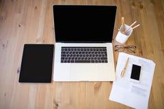 Lieu de travail moderne avec l'ordinateur portable contemporain avec la barre de contact, le comprimé numérique et le téléphone p Photos stock