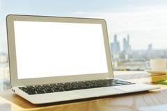 Lieu de travail moderne avec l'ordinateur portable vide Images stock