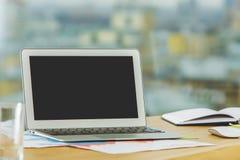 Lieu de travail moderne avec l'ordinateur portable vide Photos libres de droits