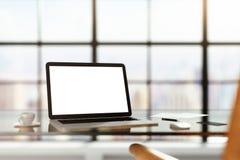 Lieu de travail moderne avec l'ordinateur portable vide au lever de soleil Images stock
