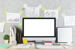 Lieu de travail moderne avec l'ordinateur vide Image stock