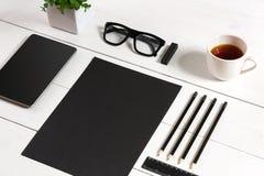 Lieu de travail moderne avec la tablette numérique et le téléphone portable, la tasse de café, le stylo et la feuille de papier v Images libres de droits