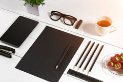 Lieu de travail moderne avec la tablette numérique et le téléphone portable, la tasse de café, le stylo et la feuille de papier v Photo libre de droits